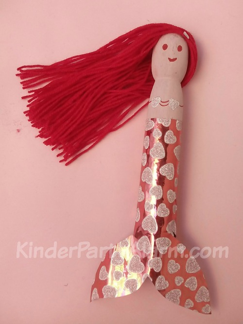 Meerjungfrauen basteln, Basteln beim Meerjungfrau Geburtstag #kindergeburtstag #geburtstag  #mottoparty #kinderpartyalarm #bastelnmitkindern