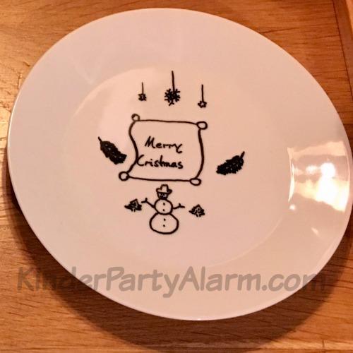 Einen Teller verzieren macht Spaß und ist gleichzeitig ein schönes Mitgebsel beim Kindergeburtstag! #kindergeburtstag #geburtstag  #basteln #bastelnmitkindern #kinderpartyalarm