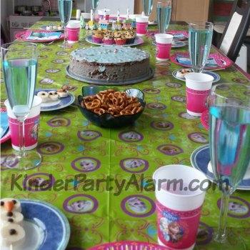 Tischdekoration beim Eiskönigin Kindergeburtstag #kindergeburtstag #geburtstag  #mottoparty #kinderpartyalarm #bastelnmitkindern #geburtstagsideen #kuchen