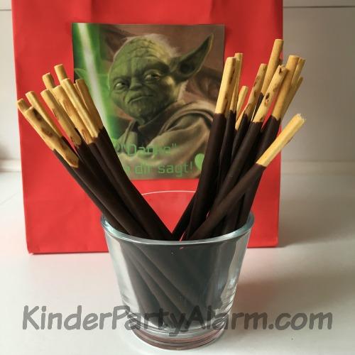 Mikado Lichtschwerter beim Star Wars Kindergeburtstag #kindergeburtstag #geburtstag  #mottoparty #kinderpartyalarm #bastelnmitkindern #geburtstagsideen