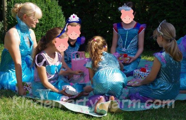 Geschenke auspacken beim Meerjungfrau Geburtstag #kindergeburtstag #geburtstag  #mottoparty #kinderpartyalarm #flaschendrehen #meerjungfrau #kids