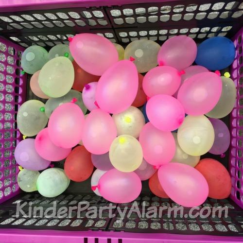 Wasserbomben beim Pool Party Kindergeburtstag #kindergeburtstag #geburtstag  #mottoparty #kinderpartyalarm #bastelnmitkindern #geburtstagsideen #kuchen #poolparty #kids