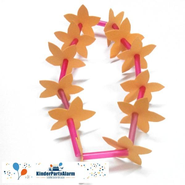 Blumenketten basteln, Basteln beim Poolparty Geburtstag #kindergeburtstag #geburtstag  #mottoparty #kinderpartyalarm #bastelnmitkindern #diy #poolparty #meerjungfrau