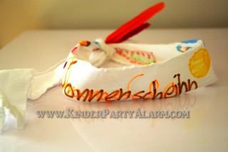 Stirnband basteln, Basteln beim Indianer Kindergeburtstag #kindergeburtstag #geburtstag  #mottoparty #kinderpartyalarm #bastelnmitkindern #geburtstagsideen #kuchen