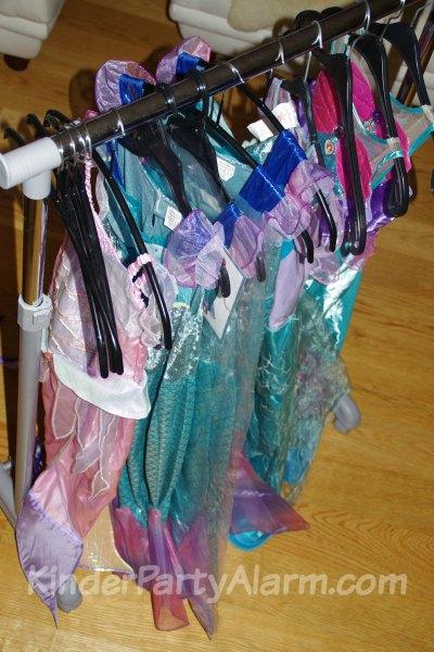 Verkleiden beim Meerjungfrau Geburtstag #kindergeburtstag #geburtstag  #mottoparty #kinderpartyalarm #verkleidung #meerjungfrau #kids